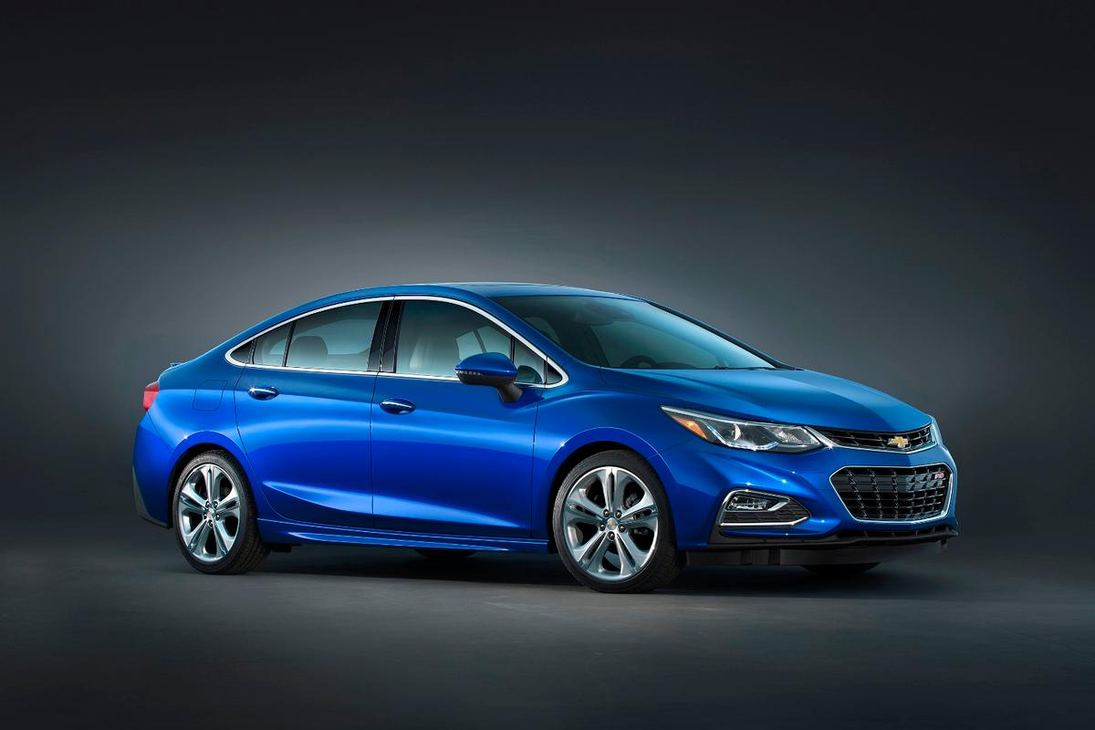 The Cruze's exterior features a flat belt line and curved rear pillar and roofline, creating contrast between flat and curved surfaces