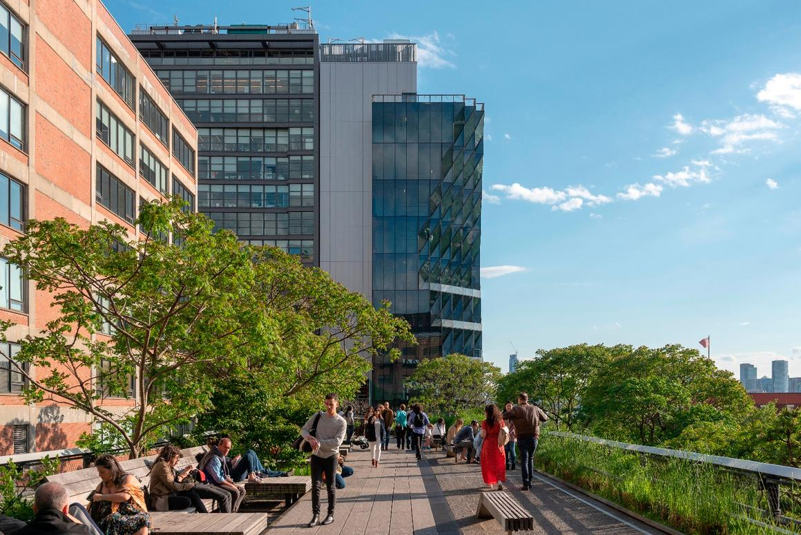 40 Tenth Avenue is defined by itsremarkable chiseled glazed facade, which is designed to ensure that the nearby High Line is not left in the shade
