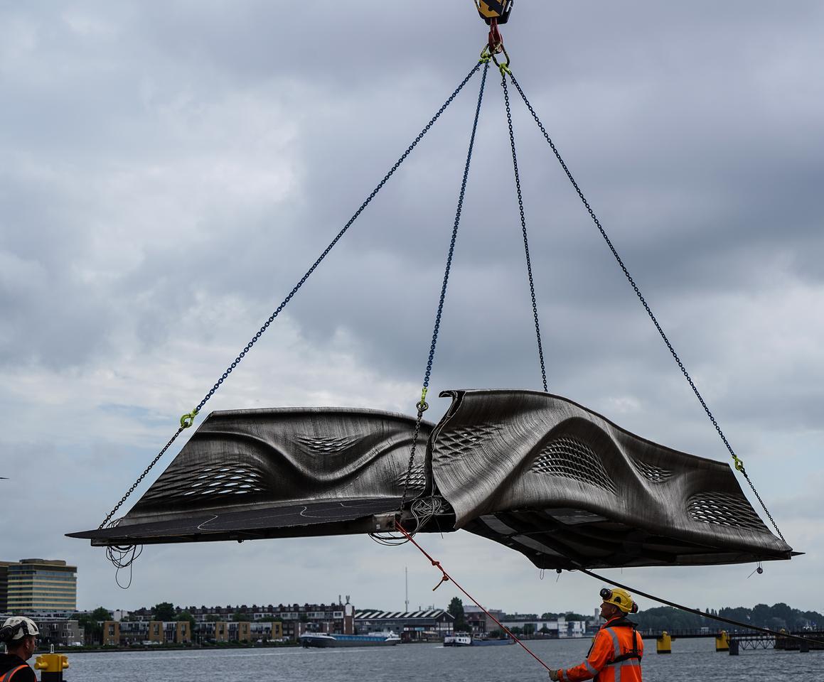 El puente impreso en 3D está hecho de 6.000 kg (13.227 lb) de acero inoxidable.