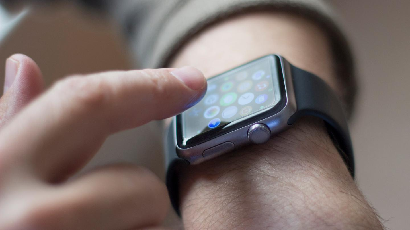 Is the long-rumored Apple Watch worth a spot on your wrist? Gizmag reviews Apple's first smartwatch (Photo: Will Shanklin/Gizmag.com)