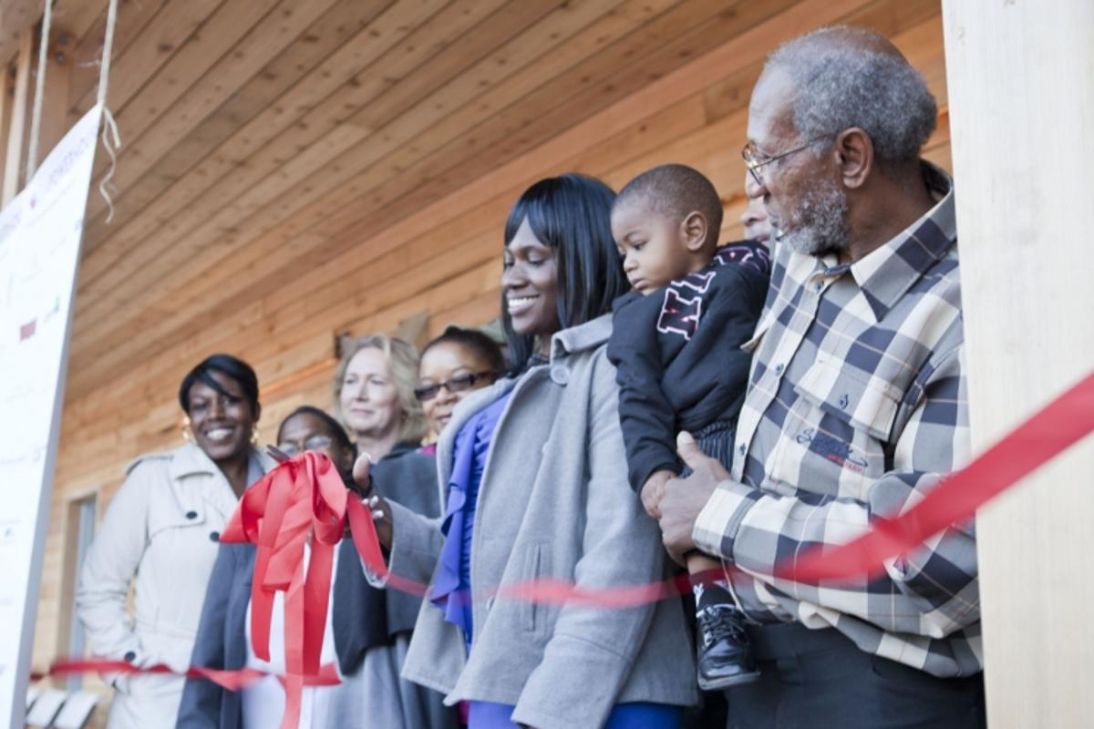 Lakiya Culley cuts the ribbon on her new home (Photo: Sarah Gerrity, US Dept of Energy)
