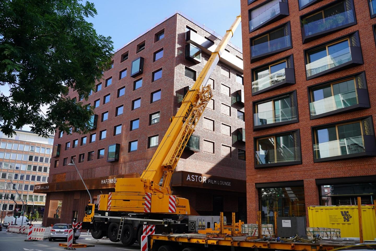 The Pierdrei crew used a 140-tonne crane to lift the three Dethleffs Coco trailers onto the roof