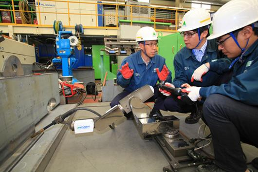 Hyundai Heavy Industries tests out its new miniature robotic welding arm
