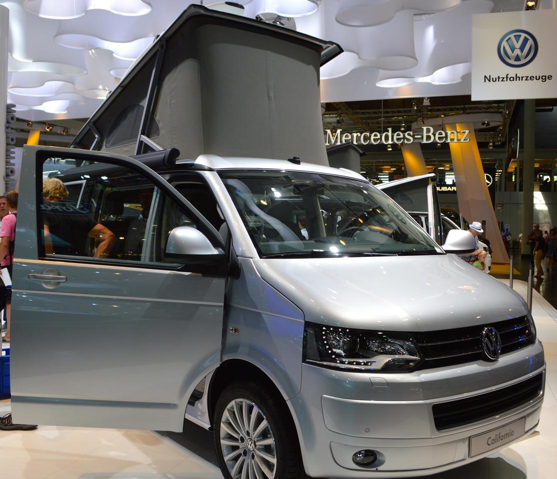 The Volkswagen California Comfortline features an electro-hydraulic pop-up roof