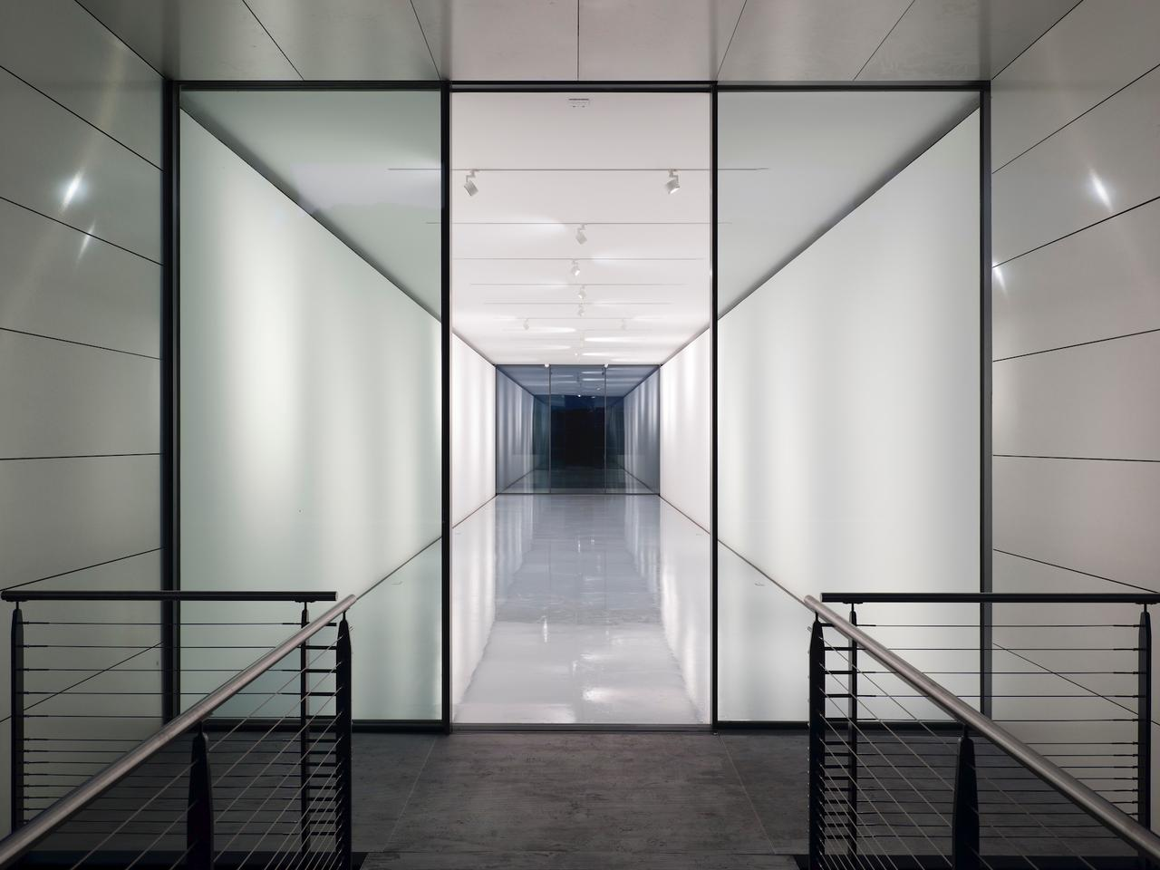 Richard Rogers의 드로잉 갤러리의 내부는 120 제곱미터 (약 1,290 제곱 피트)이며 직사각형 방 하나 (외부 테라스 공간 포함)로 구성됩니다.