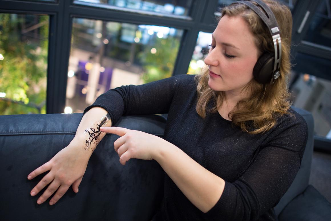 An iSkin sticker is used to control the playback of music (Photo: Saarland University)
