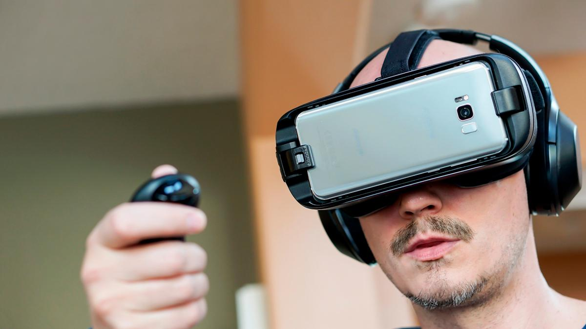 New Atlas reviews the 2017 Gear VRwith controller, which adds immersion and Nintendo-like fun to VR