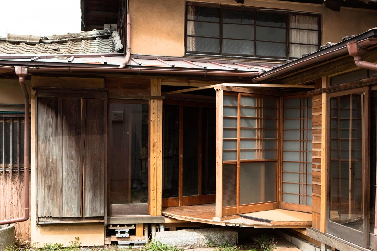 MochidaAtsuko hired a team of builders to help him create theRevolving House of T, which is his grandmother's old house and has sat unoccupied since 2006