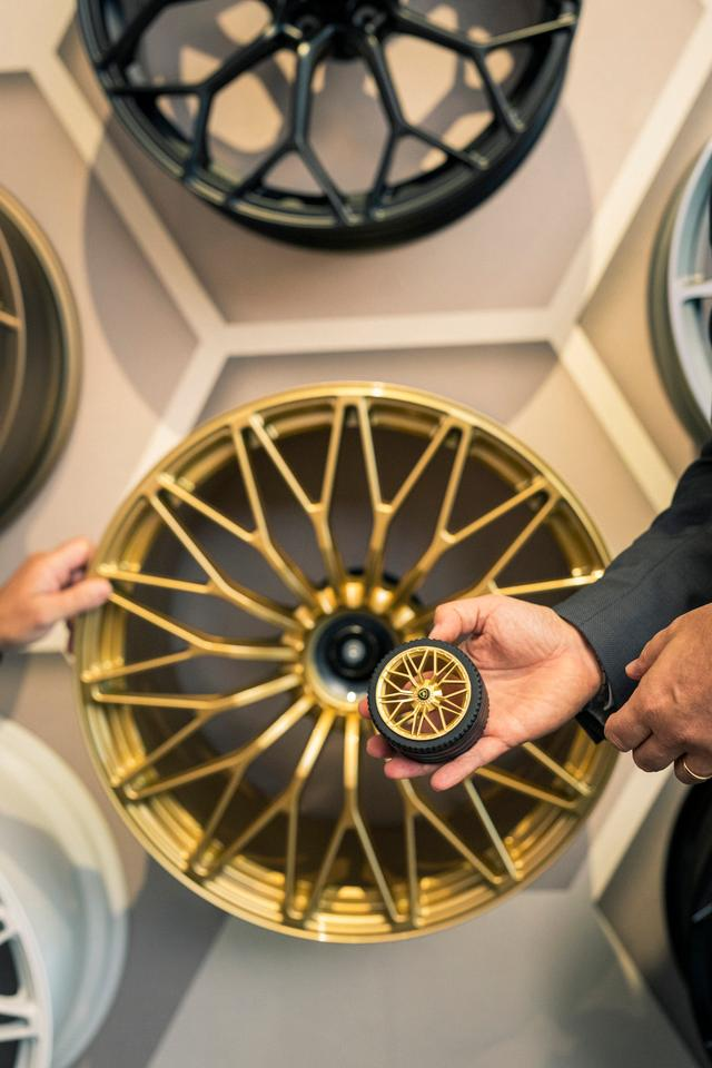 The gold wheels are carefully matched to actual Sián wheels