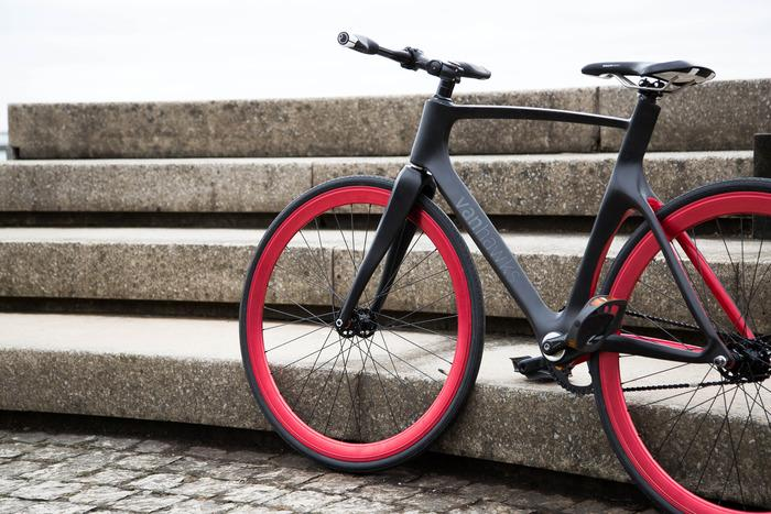 The Valour's 16 lbs (7.25 kg) carbon fiber frame incorporates Bluetooth 4.0
