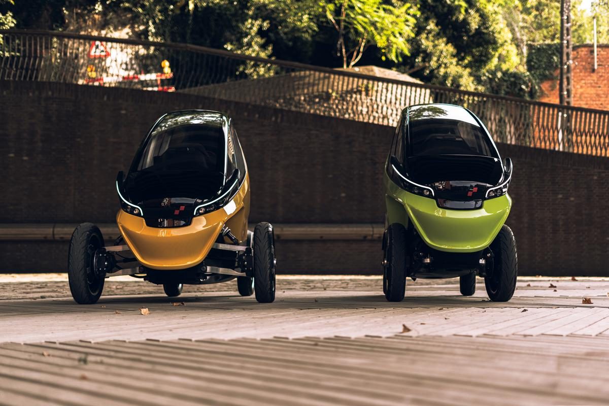 The Triggo in cruise mode (left) and parking/maneuverability mode (right)