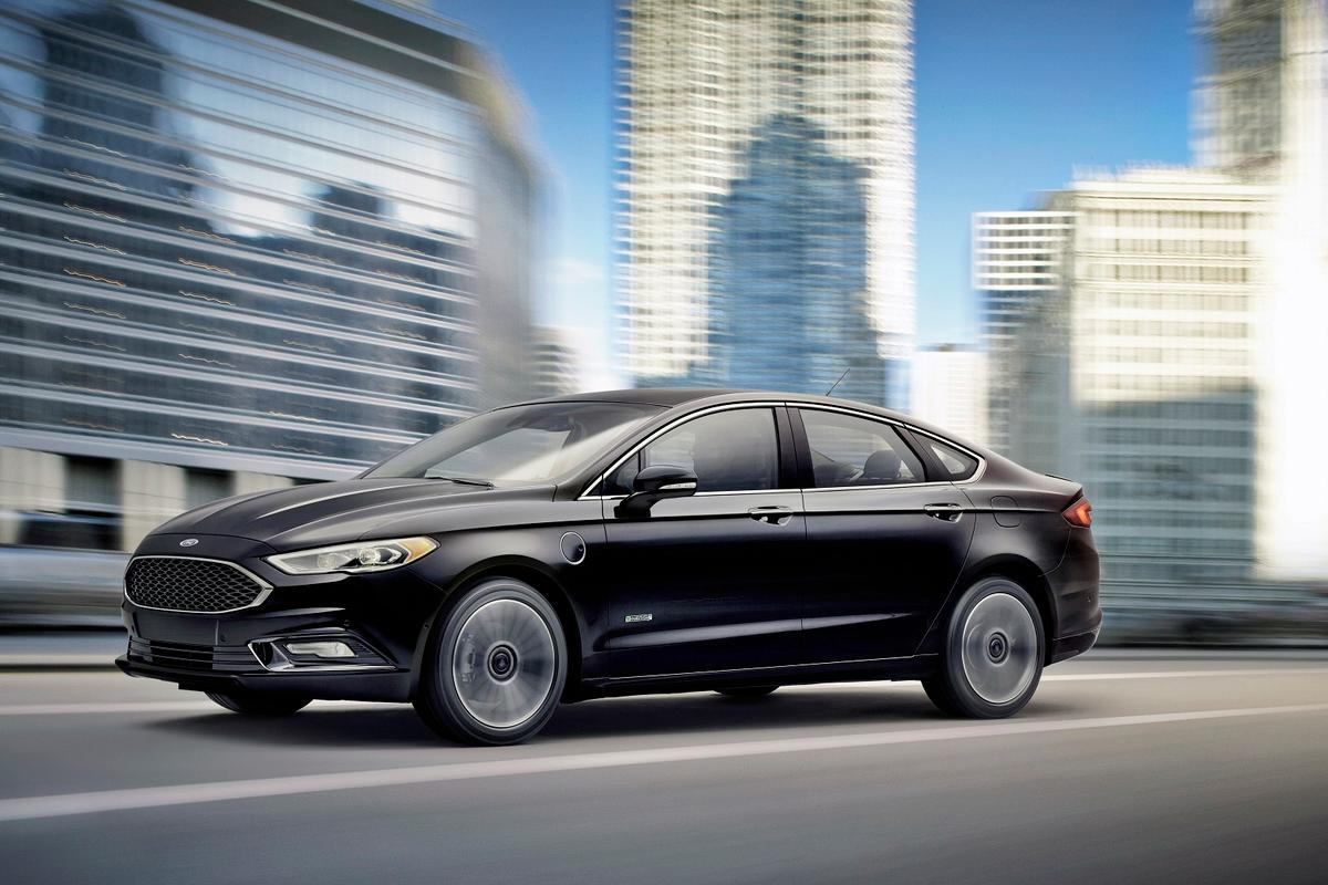 The Fusion Energi's all-electric range is around 21 mi (34 km), after which it will operate for about 1 mi (1.6 km) powered by both its battery and gas and then for a further 588 mi (946 km) on gas alone