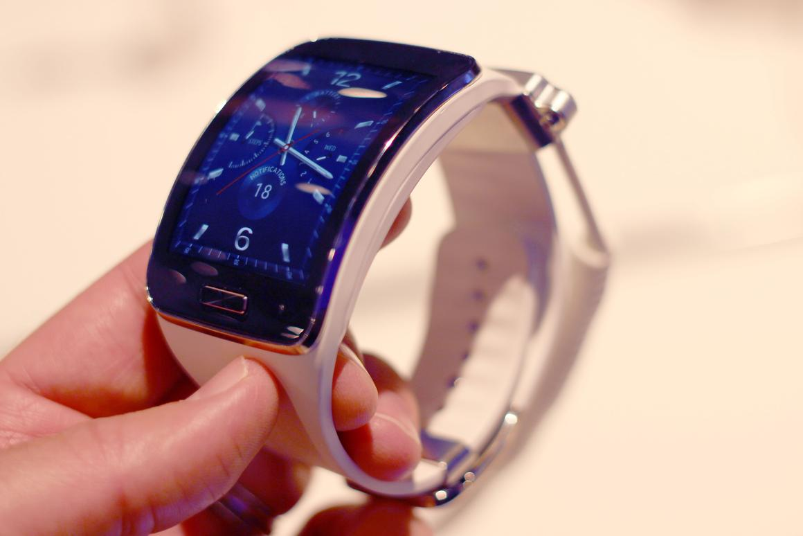 Gizmag goes hands-on with Samsung's boldest smartwatch to date, the Gear S