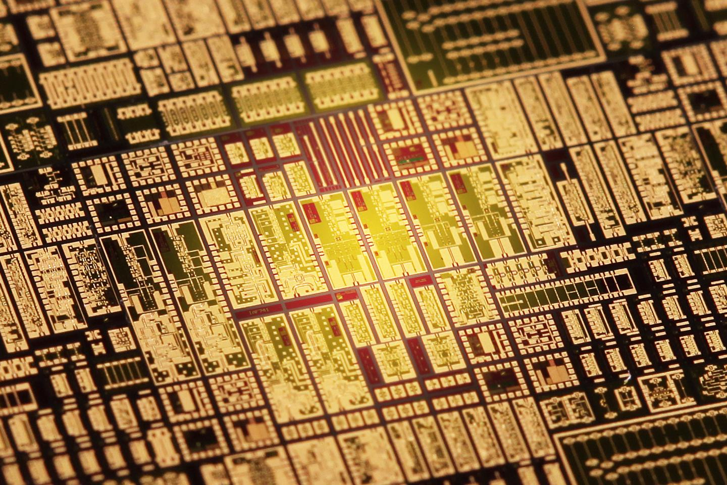 Micrograph of the 240 GHz transceiver chip, which measures only 1.5 x 4 mm (Photo: Sandra Iselin / Fraunhofer IAF)