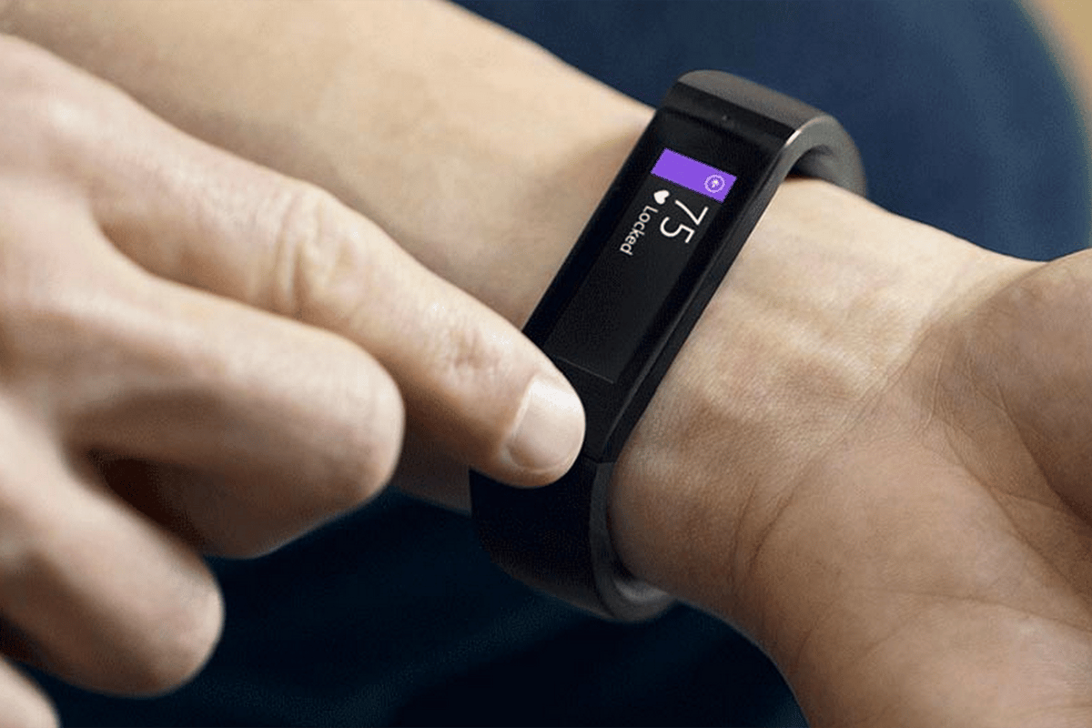 The Microsoft Band takes the same approach as the Samsung Gear Fit, blending fitness tracking and smartwatch functionality