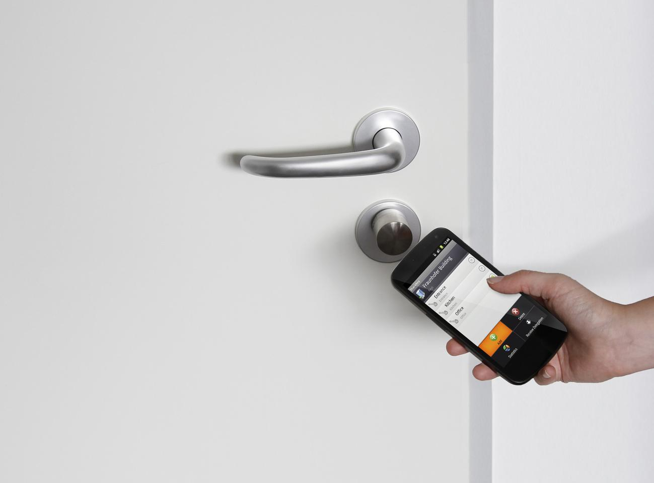 The ShareKey app uses NFC to lock and unlock doors (Photo: Fraunhofer SIT)