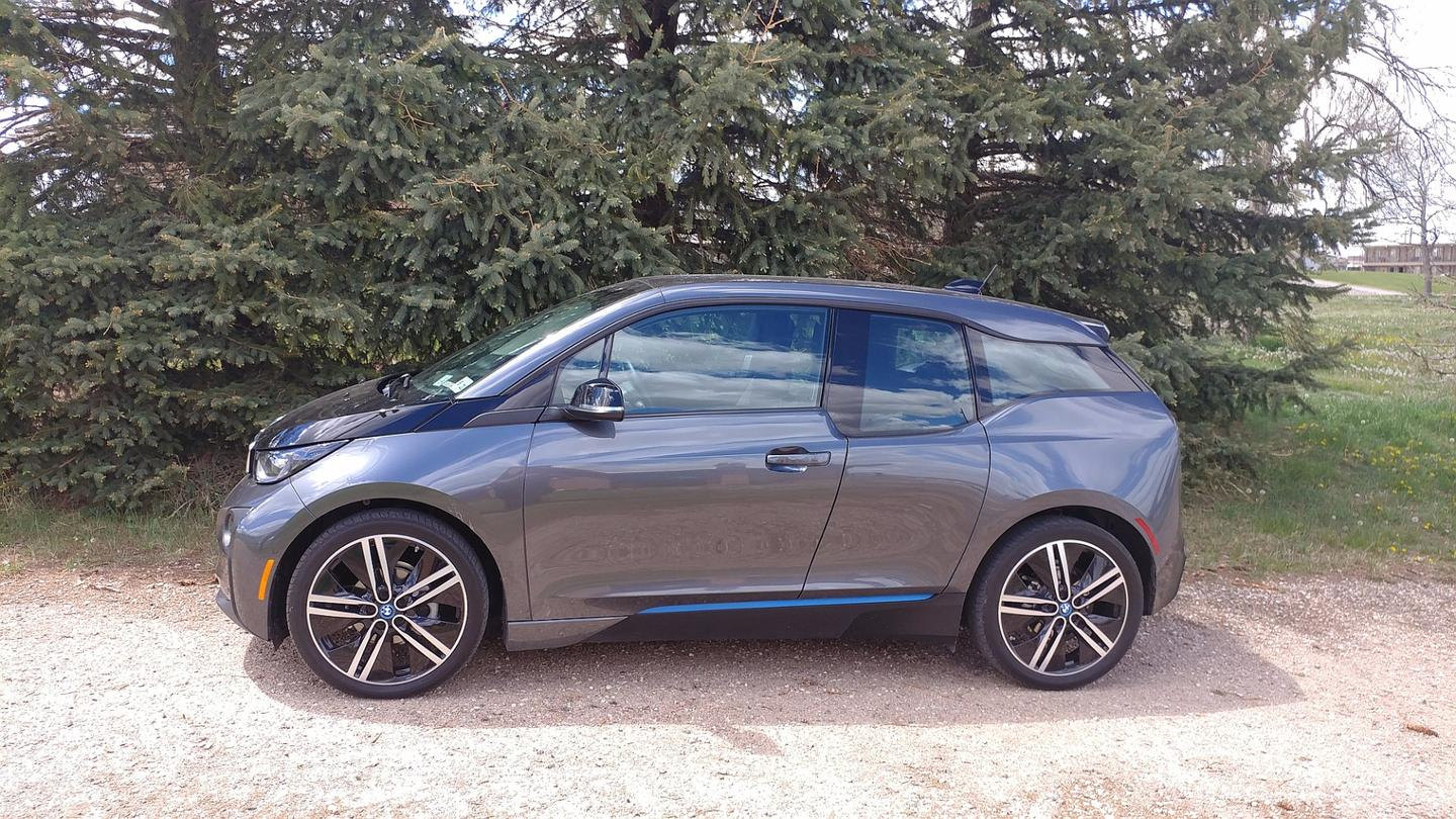The exterior of the 2017 BMW i3 is designed to both give a large interior space and to make sure that anyone looking at the car knows it's not your ordinary gas-guzzler