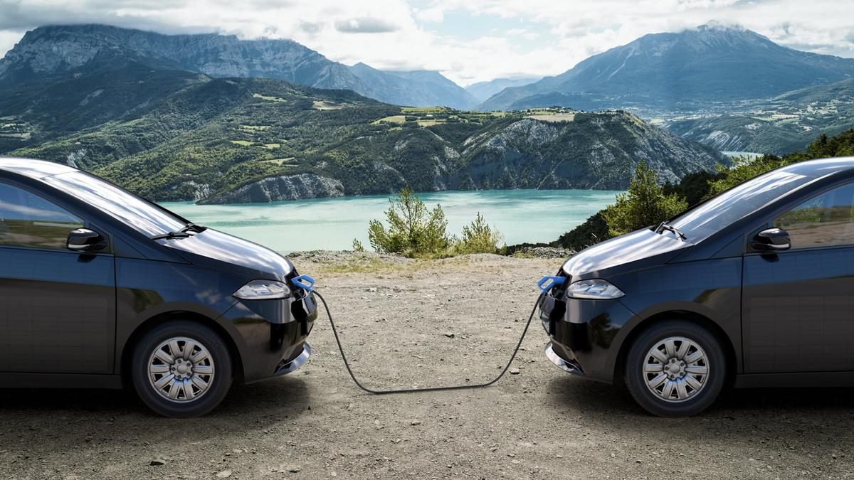 The Sion features bi-directional charging tech, meaning thata fully topped up vehicle could come to the rescue of an out of charge car by sharing some of its energy