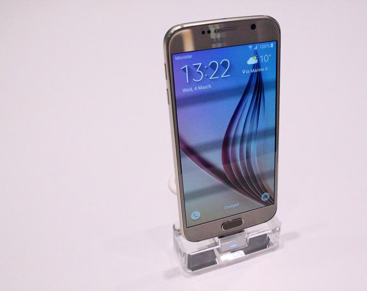 The Samsung Galaxy S6, standing tall (Photo: Stu Robarts/Gizmag.com)