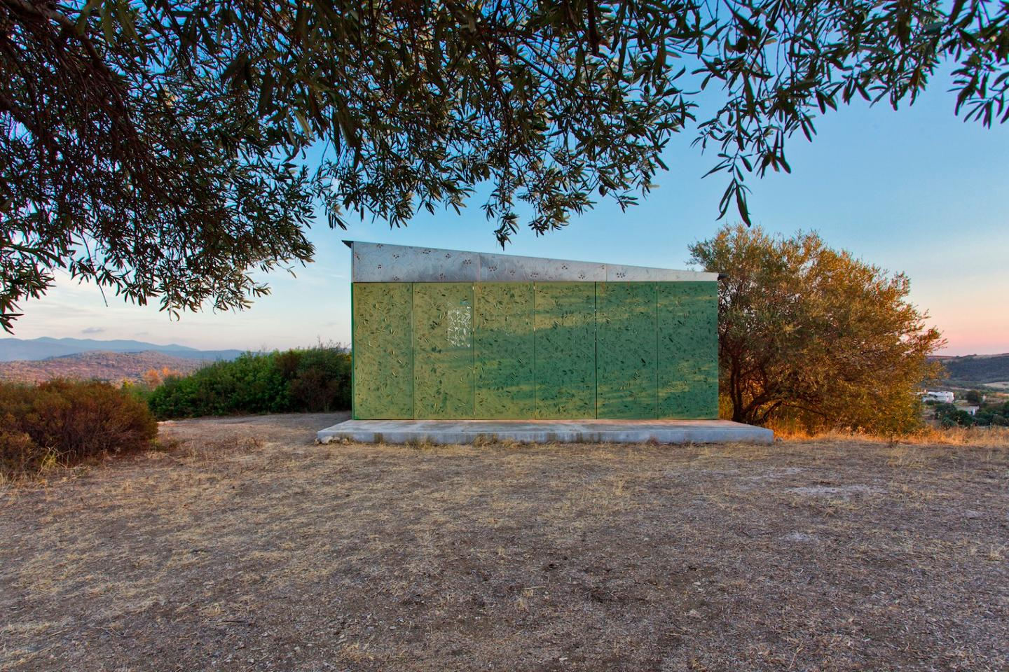 The Olive Tree House is located on a hill overlooking the sea in Halkidiki, Greece