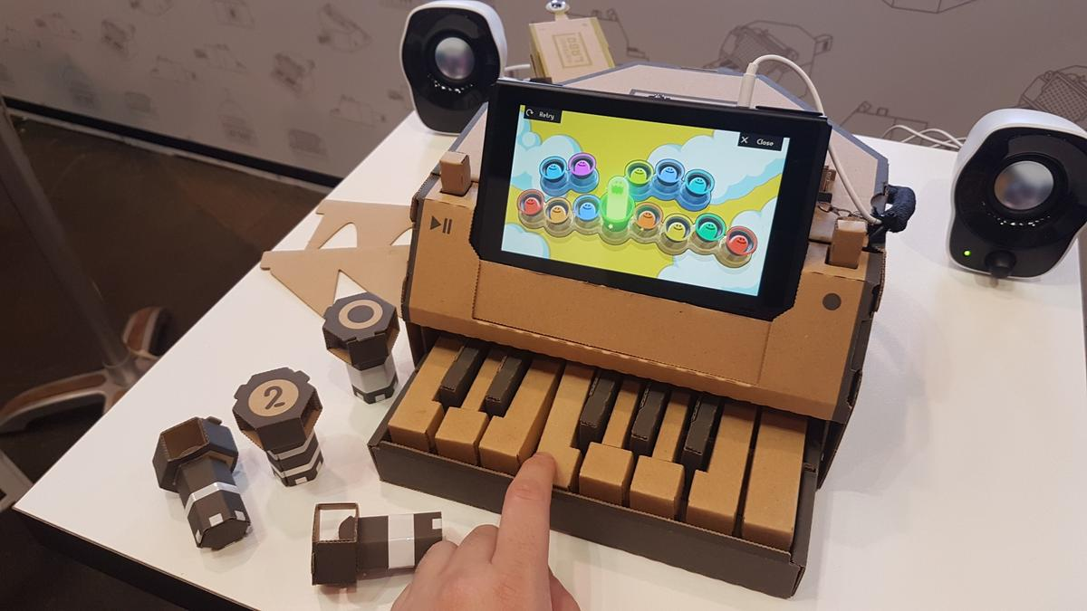 Each key press of theNintendoLabo Piano bumps a reflective tag into view of the infrared sensor on theJoy-Con inside, telling the console which note to play