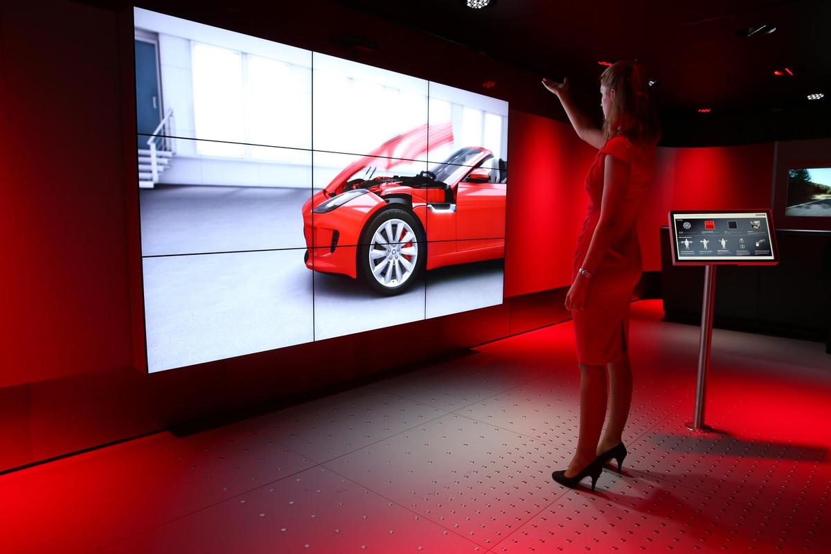 The Virtual Experience allows the customer to use intuitive movements to explore the vehicle