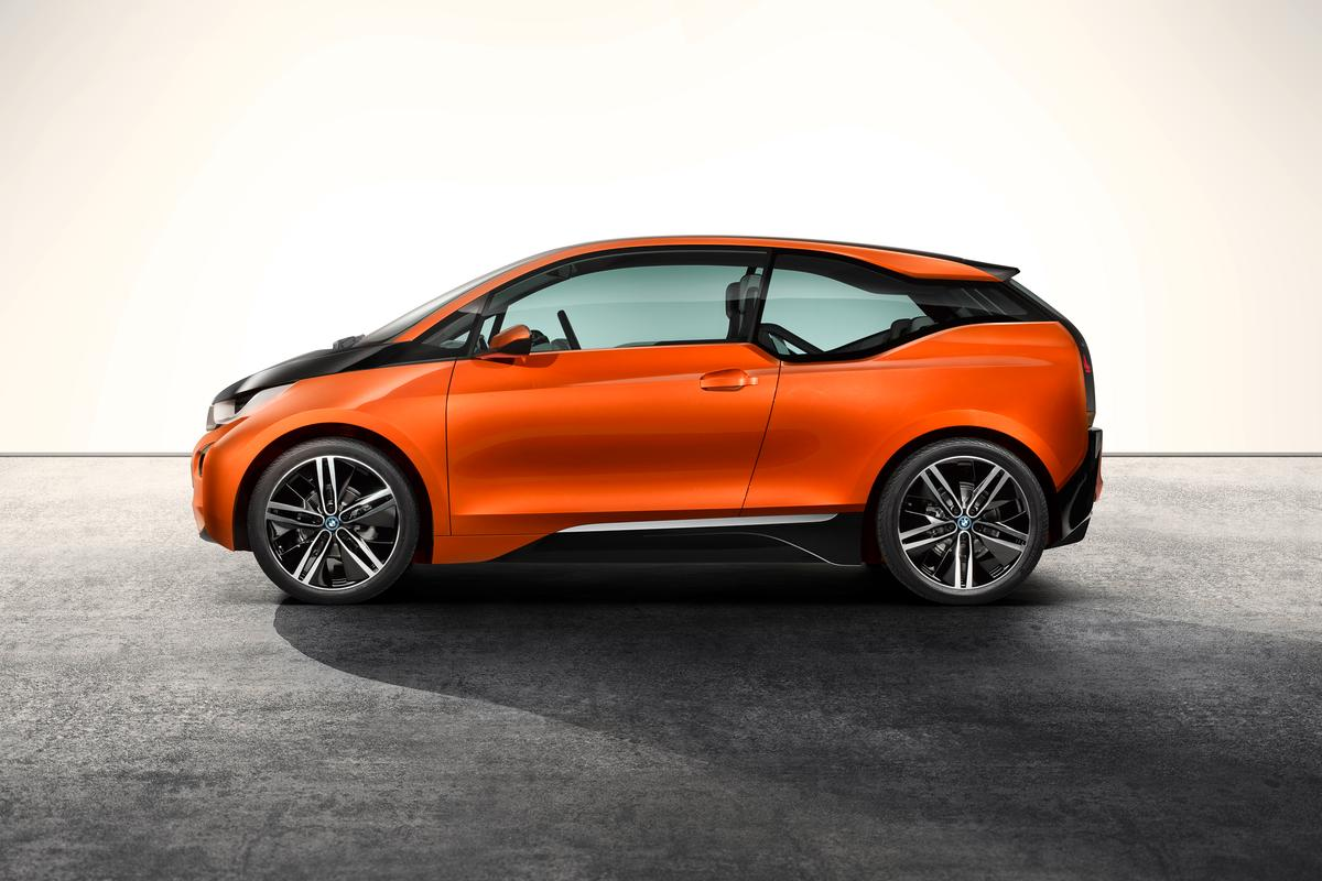 With a bubble-like urban design, the i3 includes copious amounts of glass and light-weight carbon fiber-reinforced plastic (CFRP)