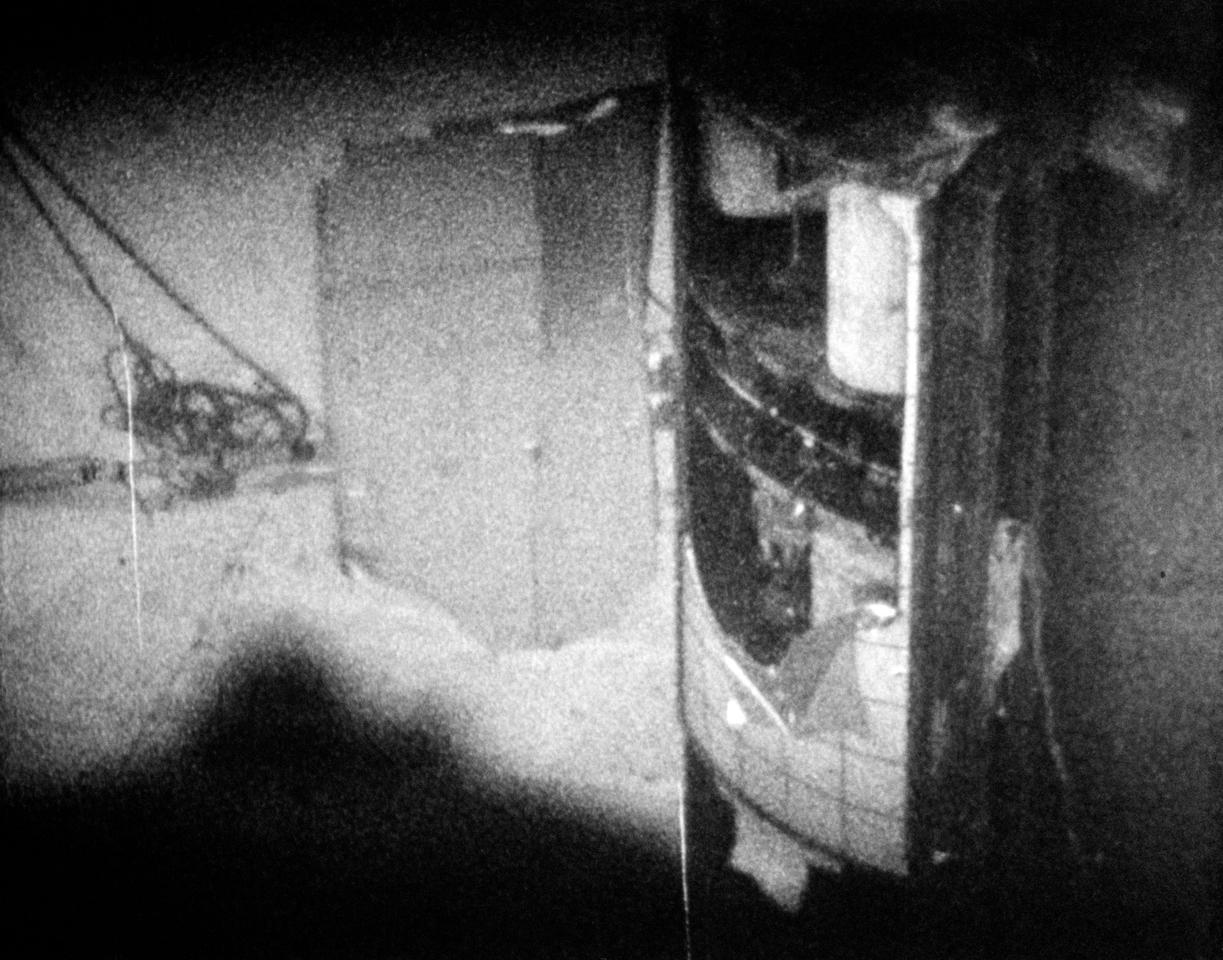Le test post-vol montre comment l'explosion du réservoir d'oxygène a soufflé sur le panneau de baie du module de service