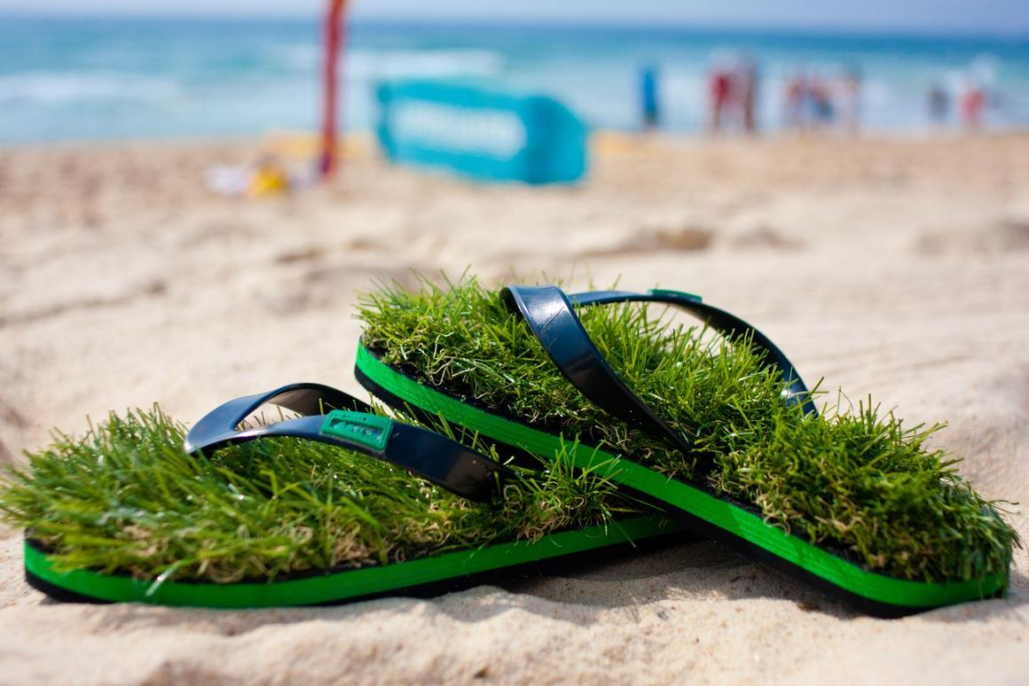 Kusa flip flops support your feet with synthetic turf