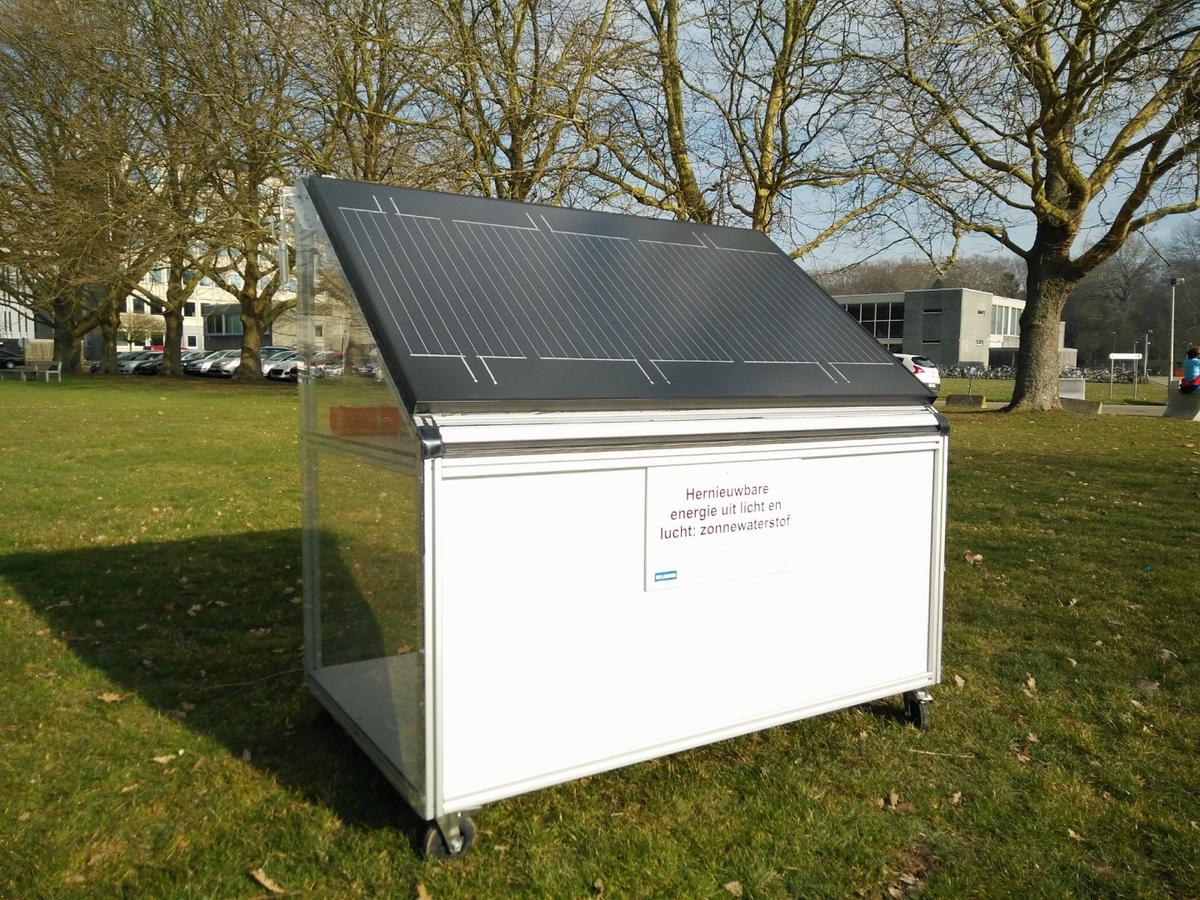 Thepanelgenerates a record 250 liters (66 gal) of hydrogen perday and could be used to provide local electricity and heating on the cheap