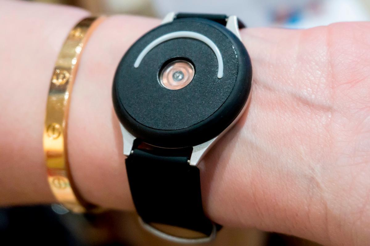 Doppel heartbeat-simulating wearable