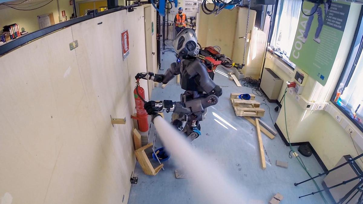 The new version of WALK-MAN operates a fire extinguisher