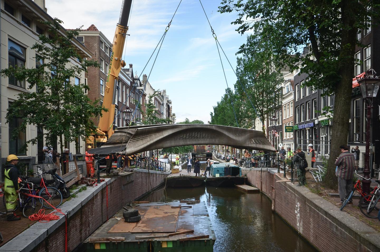 El puente impreso en 3D se colocó en su posición con una grúa.
