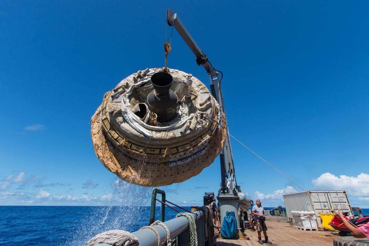 The LDSD test vehicle being fished from the Pacific Ocean by the Kahana recovery vessel (Photo: NASA/JPL-Caltech)