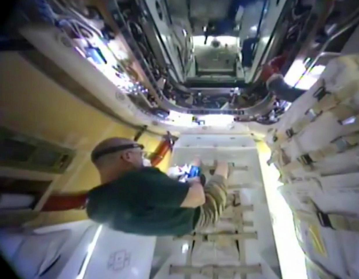 Astronaut Don Pettit, opening the Dragon's hatch (Photo: NASA)