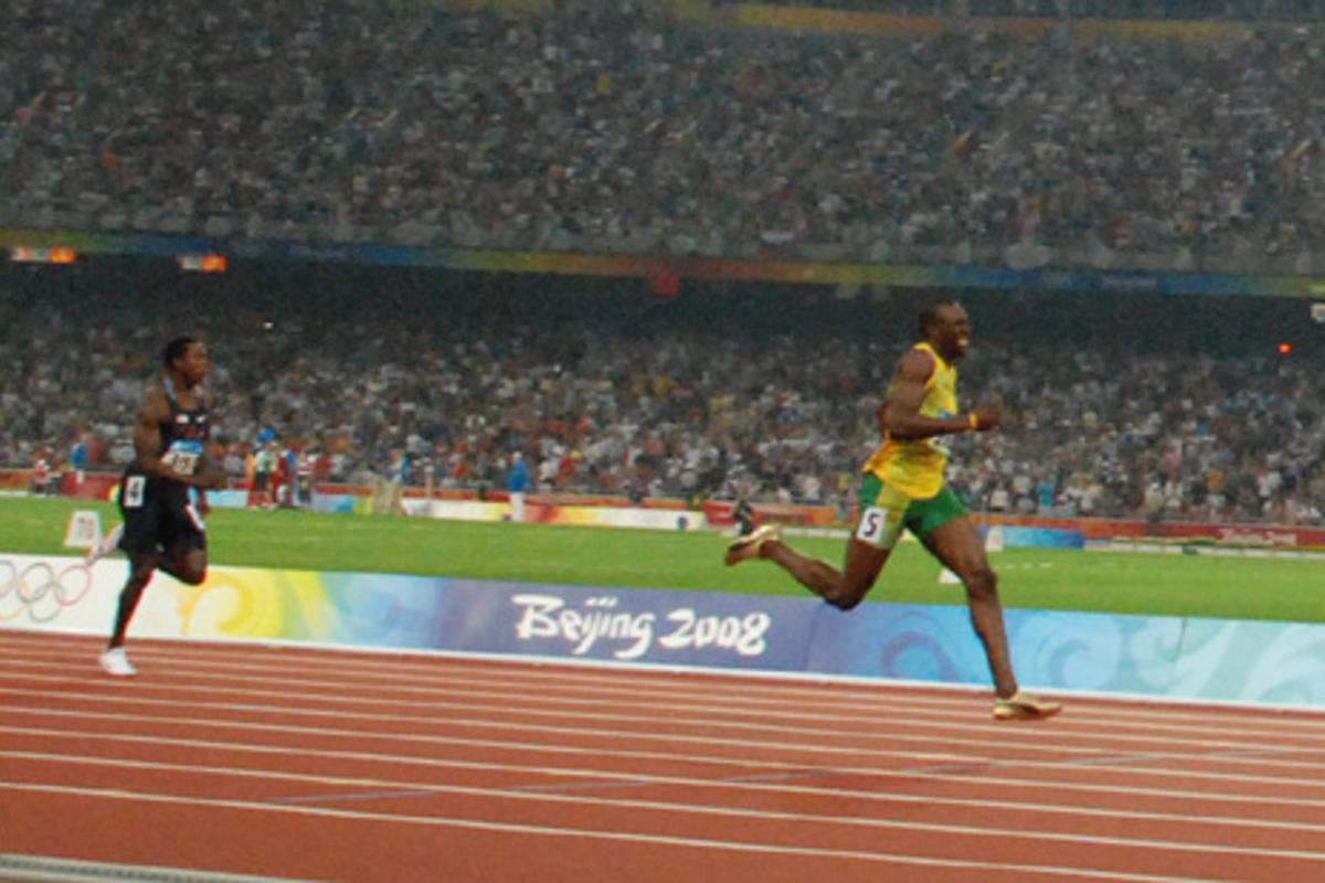 Usain Bolt leaves the pack in his dust while setting a new world record for the 200-meter sprint in Bejing (Photo: jmex)