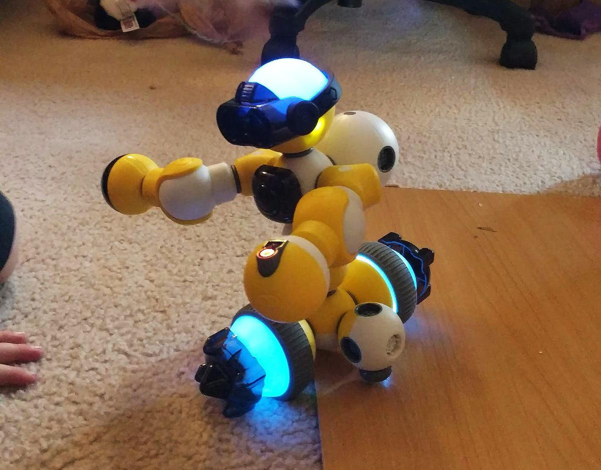 The Bell Robot Mabot kit is so easy to build with that my 6-year-old was able to make this robot in about ten minutes using only graphical instructions included with the Mabot Go app