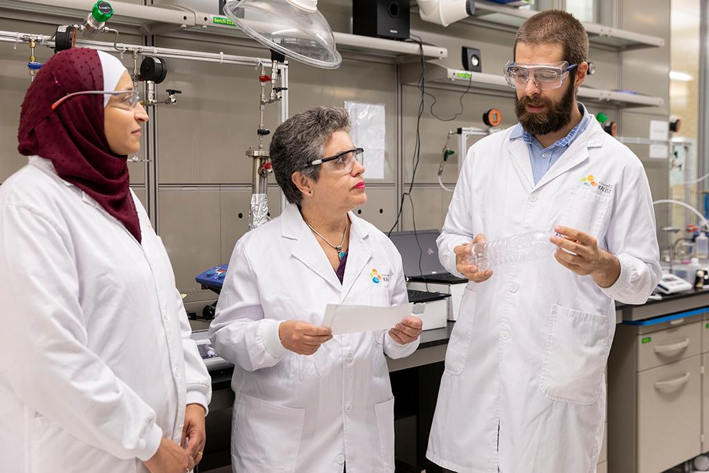 Ola Habboud (left), Suzana Nunes and Bruno Pulido discuss their PET membrane technology