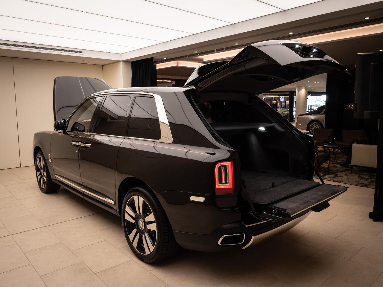 Rolls-Royce Cullinan: clamshell trunk design opens very wide and supports up to 300kg on the tailgate