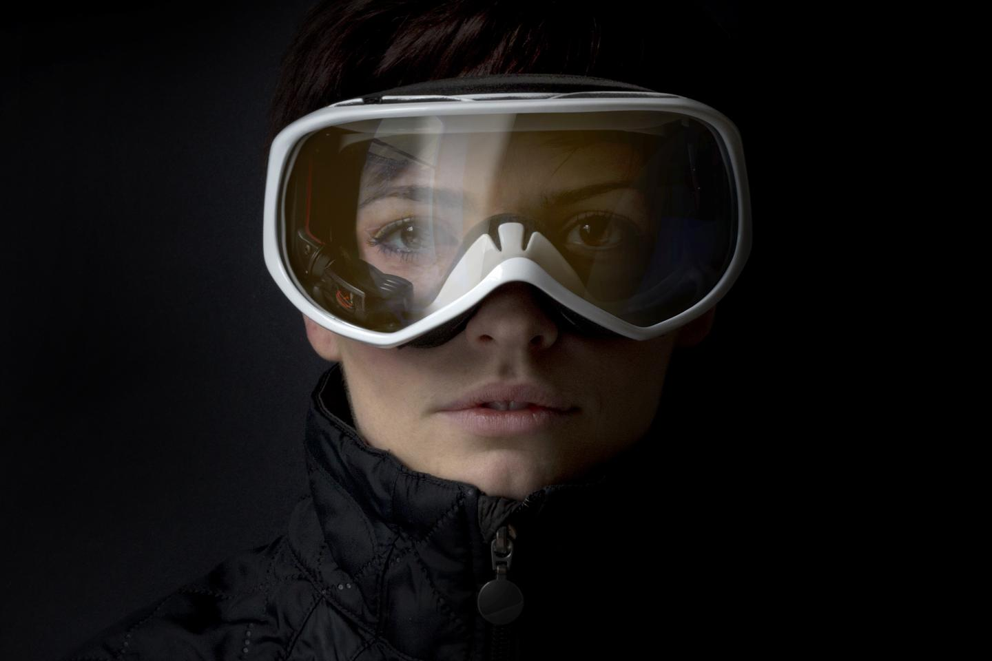 Snow2 displays speed, navigation and even texts and voice calls in the skier's and snowboarder's line of vision
