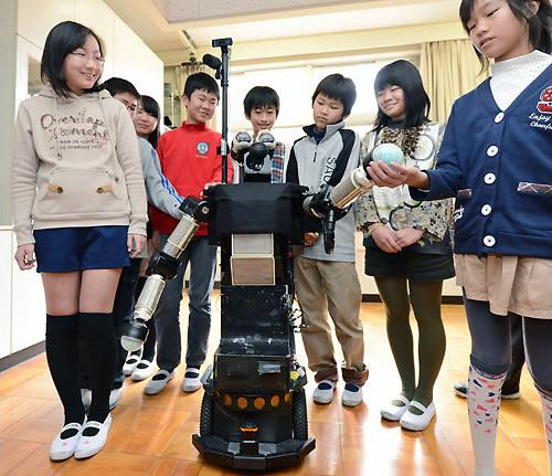 ATR's communication robot Robovie interacts with students at the Higashihikari elementary school in Kyoto, Japan (Photo: Mainichi news)