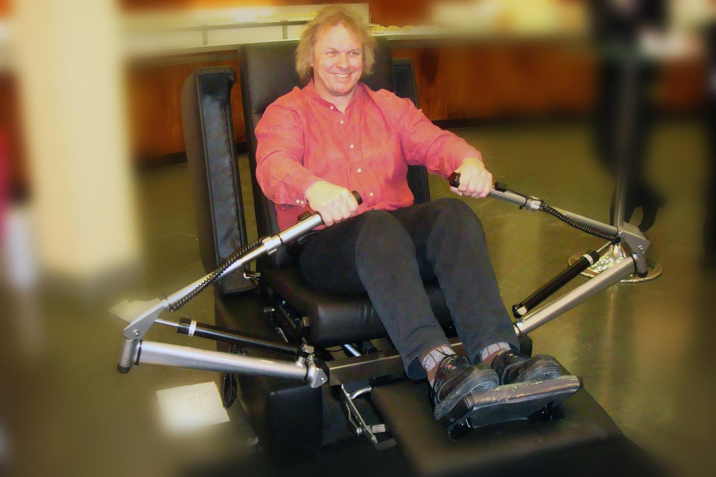 CEO of Innovationsmanufaktur Prof. Eckehard Fozzy Moritz using the GEWOS armchair for rowing practice (Photo: ©Innovationsmanufaktur GmbH)