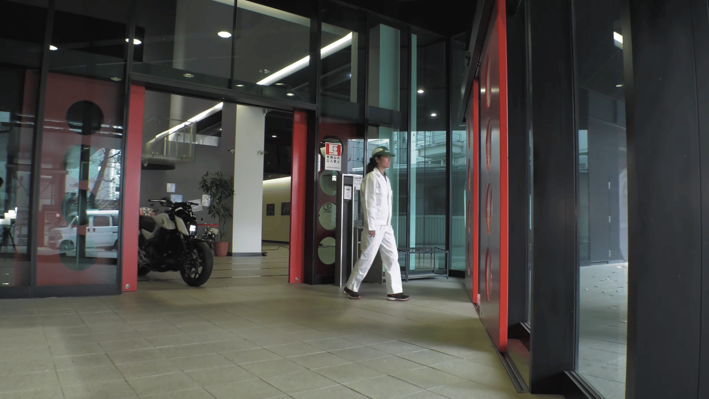 Honda's self-balancing motorcyclecan follow you around, thanks to its automatic transmission