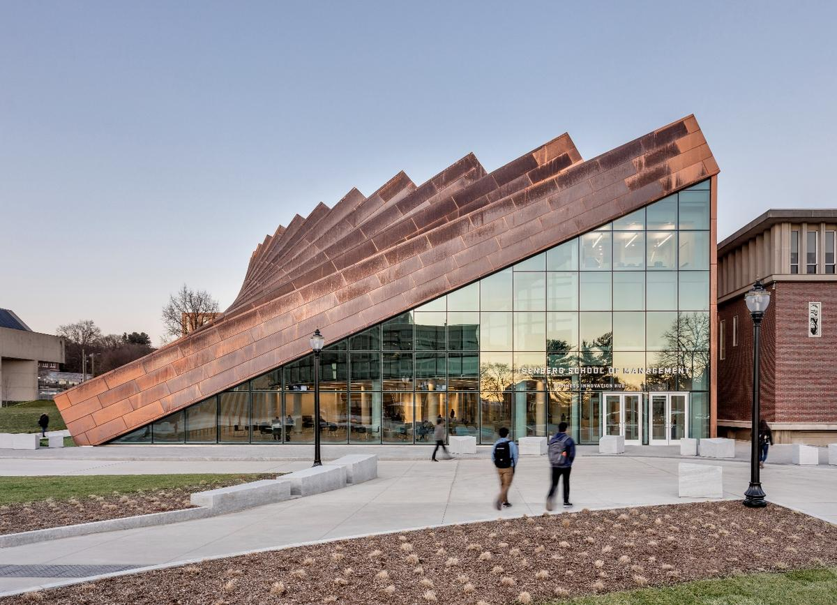 The Business Innovation Hub'sexterior featuresvertical copper pillars, whichgradually slope downward, forming a large triangular entrance