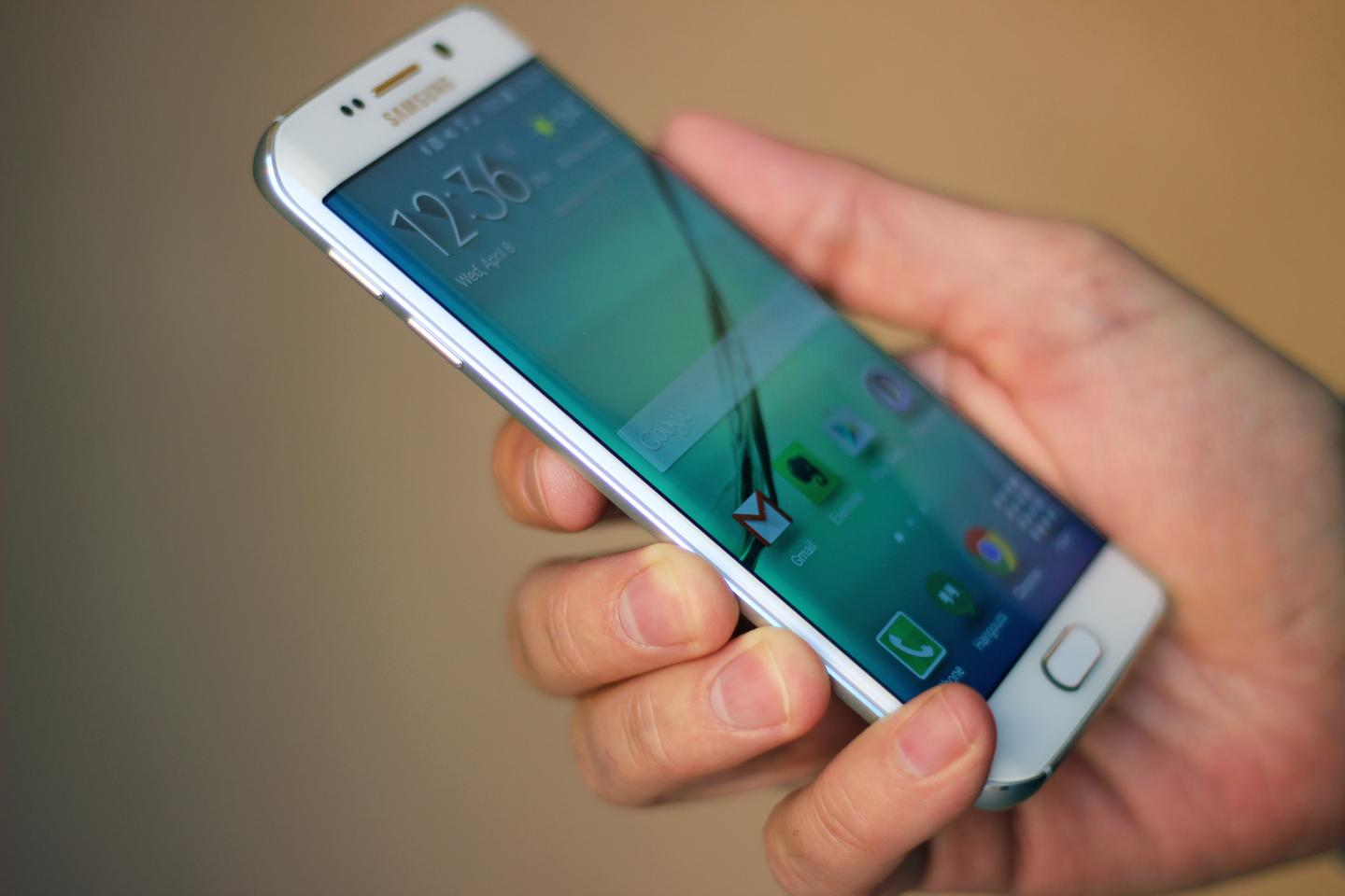 The Galaxy S6 edge is 4 percent lighter than the standard Galaxy S6, but both feel pleasantly airy in hand (Photo: Will Shanklin/Gizmag.com)