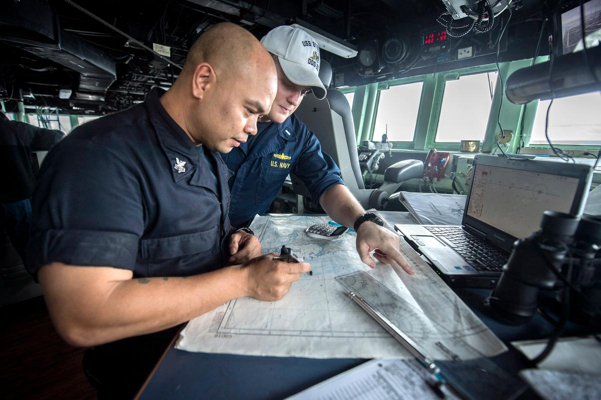 Lt. j.g. Colcord Moore and Quartermaster 1st Class Howell Trinidad discuss navigation charts in the pilot house of guided-missile destroyer USS Stethem (DDG 63) (Photo: US Navy/Mass Communication Specialist Seaman Alonzo M. Archer)