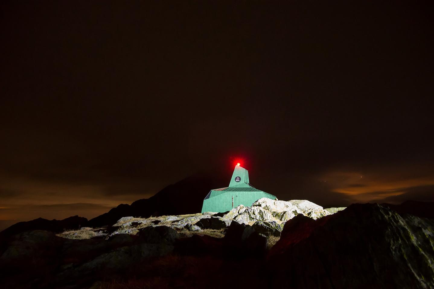 Off-grid mountain refuge provides shelter at high-altitude