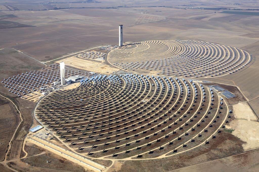 The PS10 CSP plant (bottom) in Spain (Photo: Koza1983 via Wikipedia)