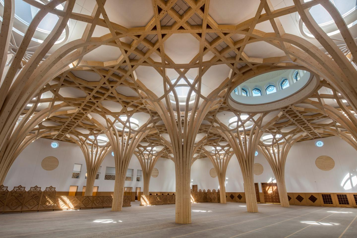 Cambridge Central Mosque was designed by Marks Barfield Architects and hosts 1,000 worshipers in a beautiful new mosque that takes its place well within a low rise, residential neighborhood