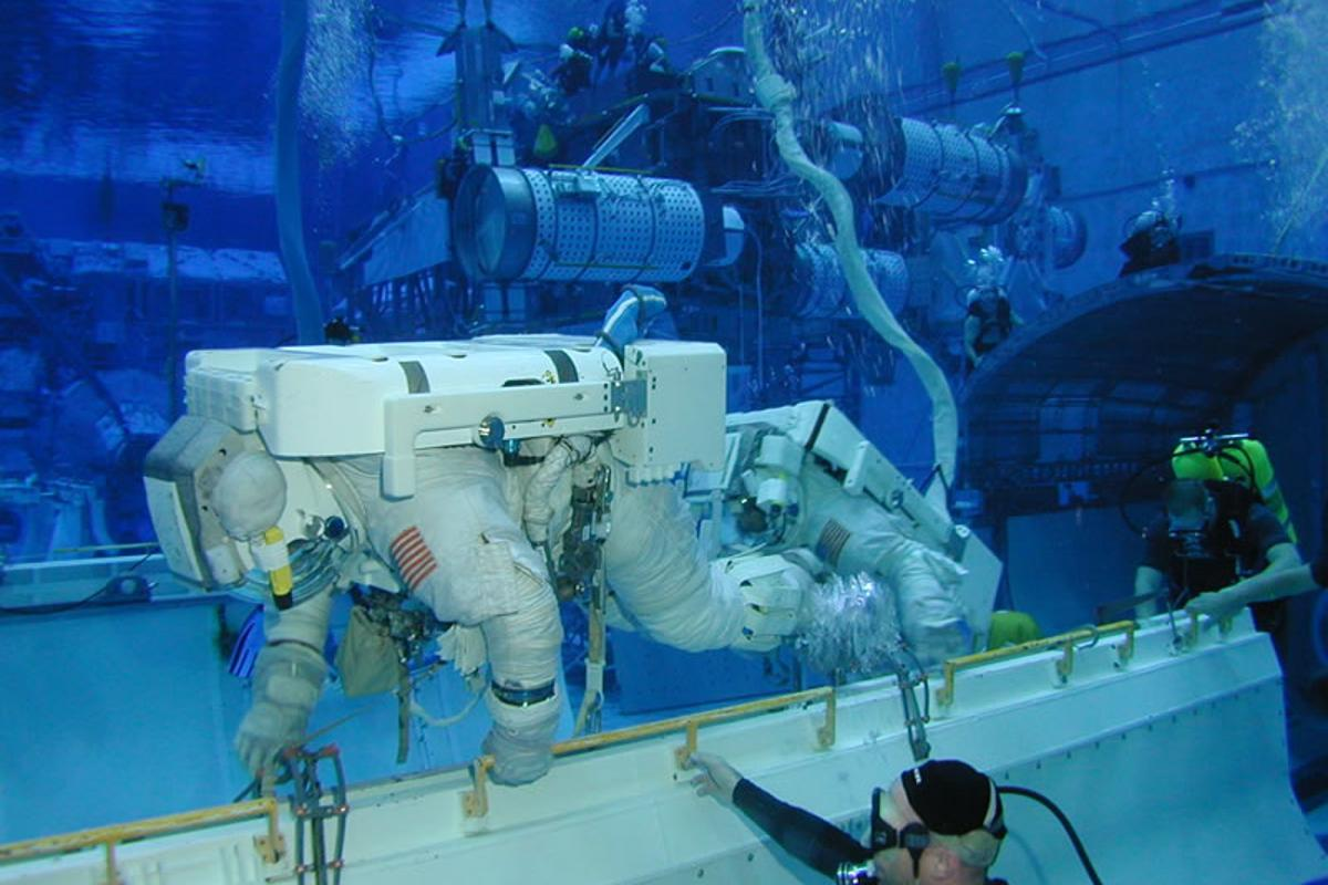 An astronaut undergoes egress training in the NBL